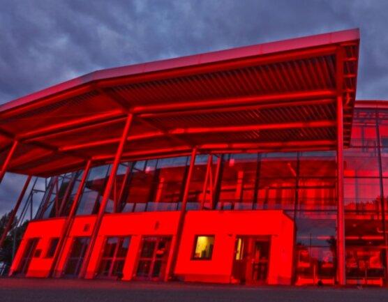 Im Juni wurden die Zwickauer Stadthalle und weitere Kultureinrichtungen in der Region rot angestrahlt, um auf die Misere der Veranstaltungsbranche aufmerksam zu machen. Auch weiterhin liegt die Kultur coronabedingt lahm. Die Stadthalle bekommt nun vorübergehend eine völlig neue Funktion als Corona-Impfzentrum.