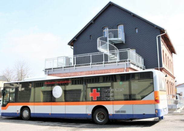 Der Impfbus des DRK hatte in Eppendorf an drei Tagen vor dem alten Bahnhof Station gemacht. Die Gelegenheit, sich den sanierten Bahnhof gleich mal anzuschauen.
