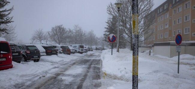 Einen Parkplatz an der Werner-Seelenbinder-Straße zu finden, ist schwierig, vor allem im Winter. Das ärgert die Anwohner.