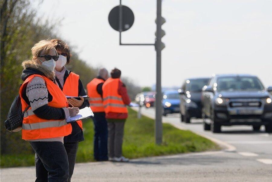 Bei jedem Wetter sind die Helfer der Straßenverkehrszählung 2021 in Sachsen im Einsatz. Vier von ihnen stehen hier an der B169 bei Zeithain und führen ihre Strichlisten zur Anzahl der Fahrzeuge.