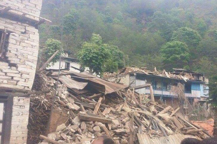Ein erstes Foto aus dem zerstörten Gati. Im Hintergrund rechts die schwer beschädigte Schule, die mit Geld aus Freiberg entstand.