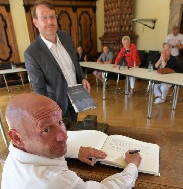 Just an seinem 51. Geburtstag trug sich der gebürtige Freiberger Rico Martinez, hier mit OB Sven Krüger, ins Ehrenbuch ein.