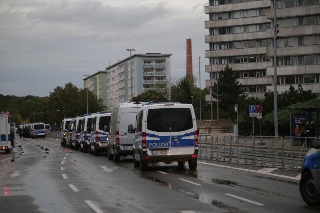 Die Polizei trennte beide Lager.