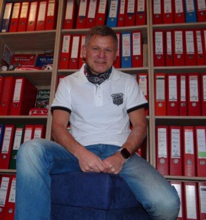 Frank Lämmerhirt inmitten seiner hunderten von Ordnern, in denen er alles sammelte, was über seinen Lieblings-Fußballverein veröffentlicht wurde.