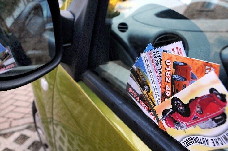 Ärgerlich: Visitenkarten von Autohändlern am eigenen Fahrzeug. Die Stadt Mittweida hat deshalb Bußgeldverfahren eingeleitet.