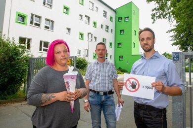 Melanie Birkner, Alexander Saupe und Matthias Anlauf (von links) wollen, dass ihre Kinder in der Astrid-Lindgren-Grundschule lernen können. Doch die Erstklässler sind anderen Einrichtungen zugeteilt worden.
