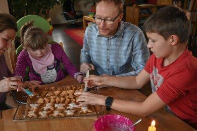 Familie Liebsch genießt das gemeinsame Plätzchenbacken zur Weihnachtszeit. Mutter Susann (links) hilft Tochter Sophia beim Verzieren.