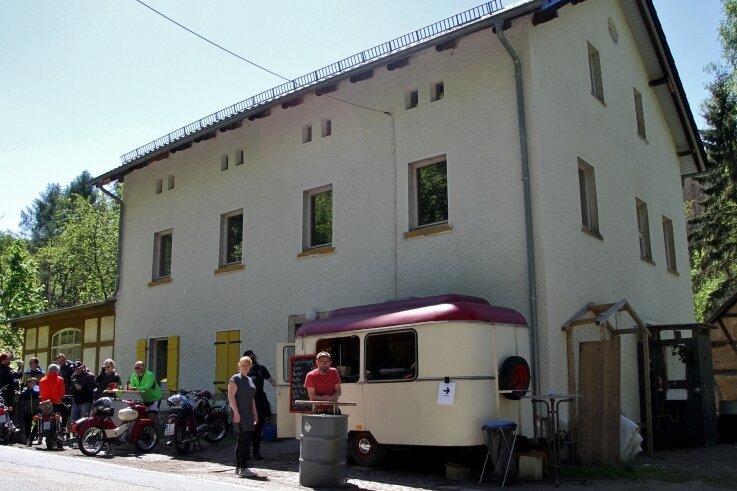 """Viele Ausflügler kamen am Pfingstmontag zum Imbissstand an der """"Kleinen Schweiz"""". Veikko Scheibner (vorn rechts) hat das Gebäude erworben und will die Gastwirtschaft wiederbeleben."""