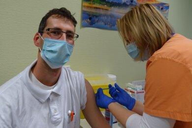 Einer der Ersten, die sich am Klinikum Obergöltzsch in Rodewisch gegen Corona impfen ließen: Sören Dölling. Schwester Alexandra Schuster setzte dem Oberarzt den Piks in den Oberarm.