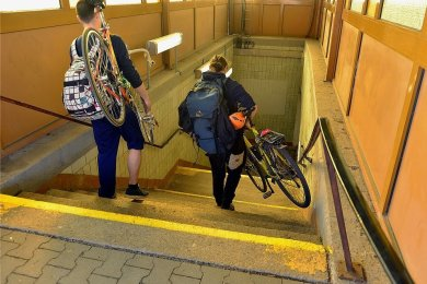 Für Radfahrer und Gehbehinderte seit langem eine Hürde: Auf den Bahnsteig von Gleis 2 und 3 geht es im Bahnhof in Mittweida nur über diese Treppeanlage.