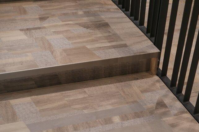 Eine moderne Ornamentierung prägt den Saalfußboden.