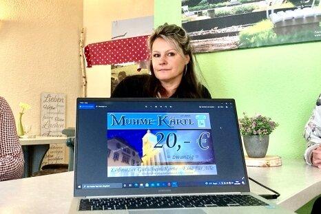 Katja Scheller, Yvette Eckardt und Christin Georgi (v. l.) haben das Muhme-Kärtl für den lokalen Handel in Lößnitz entwickelt.