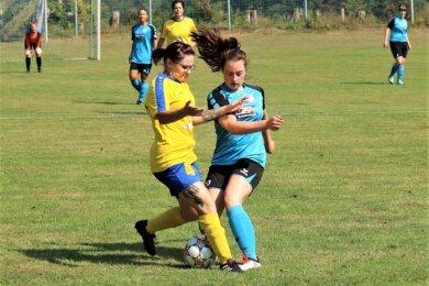 Das Fußball-Testspiel zwischen den Frauen-Teams der VSG Marbach-Schellenberg und dem FSV Motor Marienberg endete 5:0. Im Bild ein Zweikampf zwischen Lea Kaden (VSG/blaues Trikot) und der Marienbergerin Jenny Ehnert (gelbes Trikot).