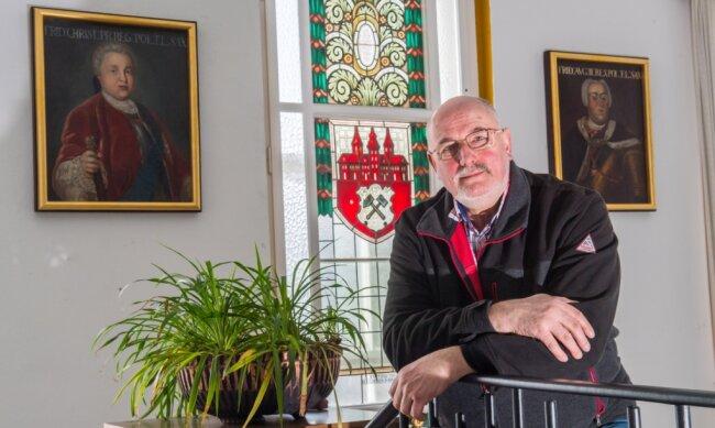 Sechs von neun Fürstenporträts sind derzeit im Johanngeorgenstädter Rathaus ausgestellt. Der frühere Stadtrat Thomas Röber hat immer wieder auf eine Restaurierung der Gemälde gedrängt und zuletzt eine Spendenaktion initiiert. Das Ergebnis freut ihn.