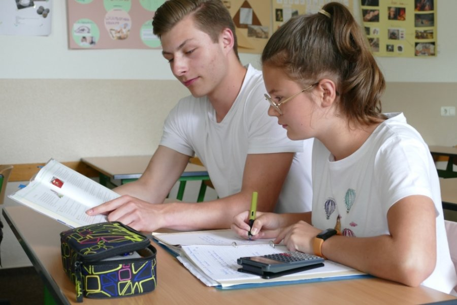 Gemeinsam gehen Elftklässler Friedrich Melzer und Chiara Fleischer aus der Klasse 7a einige Mathematikaufgaben durch.