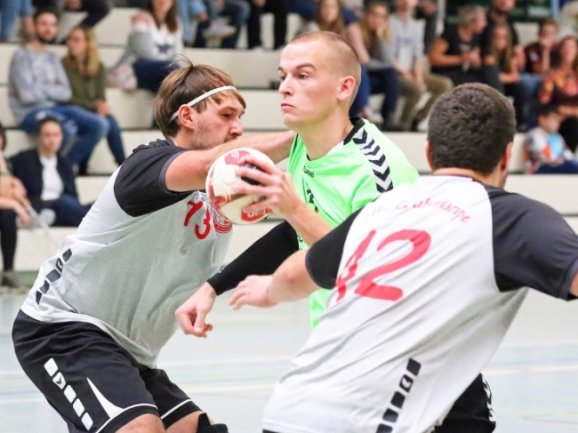 Eng ging es beim Derby zu. In dieser Szene versucht sich der Fraureuther Michael Köstler (Mitte) gegen die Zwickauer Lucas Elsner (rechts) und Tom Steudemann durchzusetzen.