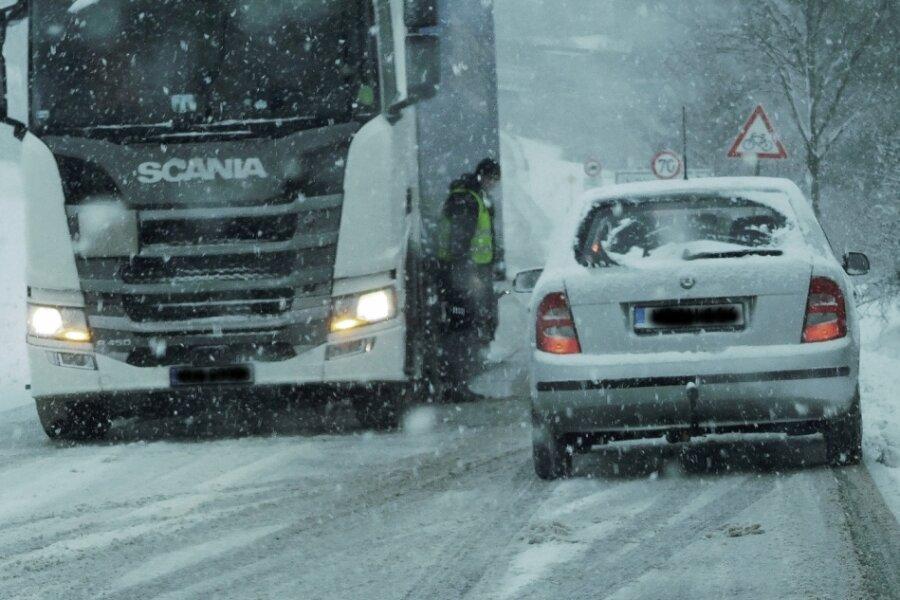 Heftiger Schneefall sorgt für Behinderungen auf den Straßen