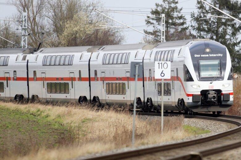 Derartige Doppelstockzüge sind auf der Intercity-Strecke von Rostock über Berlin nach Dresden unterwegs. Die Fahrzeuge des Herstellers Stadler wurden auf dieser Linie erstmals in Deutschland eingesetzt. Es sind elektrisch angetriebene vierteilige Einheiten mit 300 Sitzplätzen. Gut möglich, dass diese Züge künftig auch am Chemnitzer Hauptbahnhof halten.