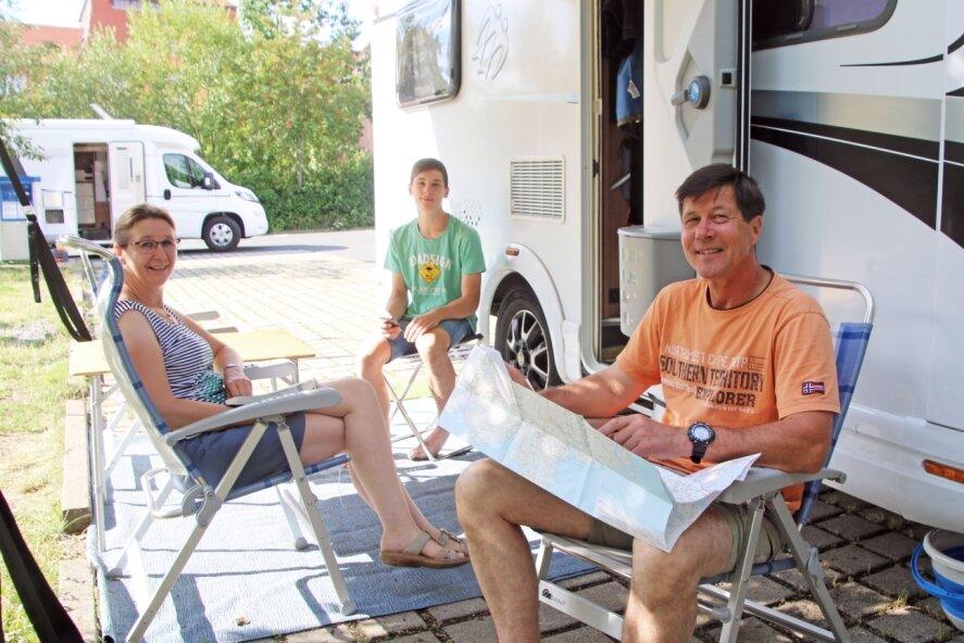 Annemarie, Lukas und Steffen Rudolph (v. l.) aus Großenhain vor ihrem Caravan auf dem Parkplatz am Johannisbad. Die Familie schätzt vor allem die Nähe zum Bad mit seinen sanitären Einrichtungen.
