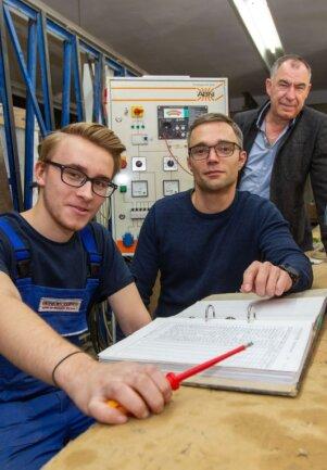 Stolz auf Lehrling Justin Thiele (links) sind sein Ausbilder Rico Arndt und Geschäftsführer Robby Clemenz (rechts) - der Plauener Betrieb Elektrotechnik generiert seit 30 Jahren seinen Nachwuchs selbst.