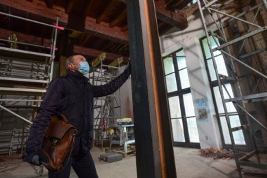 Bauleiter Andreas Hüppe koordiniert die Sanierung des Stadions und des Marathonturmes. Hier zeigt er die Stützen, die die massive Holzdecke in einem der Säle des Turmes halten. Das Gebäude musste zunächst gesichert werden.