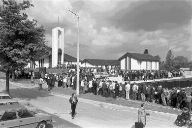 Juni 1985: Lange Schlangen von Besuchern des Mormonen-Tempels in Freiberg.