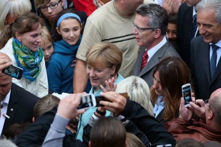 Bad in der Menge: 5000 Zuschauer verfolgten den Auftritt der Kanzlerin in Zwickau.