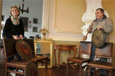 Die Freude ist ihnen ins Gesicht geschrieben: Ursula Klebert und Eberhard Prager präsentieren die originalen Möbelstücke und die Wappen, die im Schloss Leubnitz zukünftig ihren Platz finden sollen. Das wertvolle Mobiliar bekam der Verein als Dauerleihgabe.