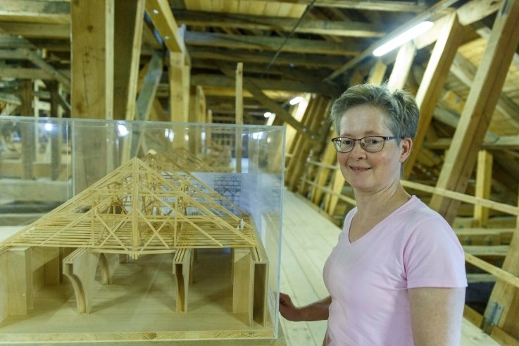 Türmerin Marit Melzer gewährt Einblicke in den Dachboden von St. Annen.