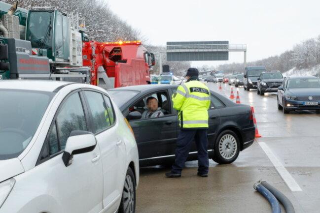 Einige Autos sollen extra langsam an der Unfallstelle vorbeigefahren sein, um den umgekippten Auflieger zu fotografieren. Die Polizei stoppte einige Handy-Fotografen.