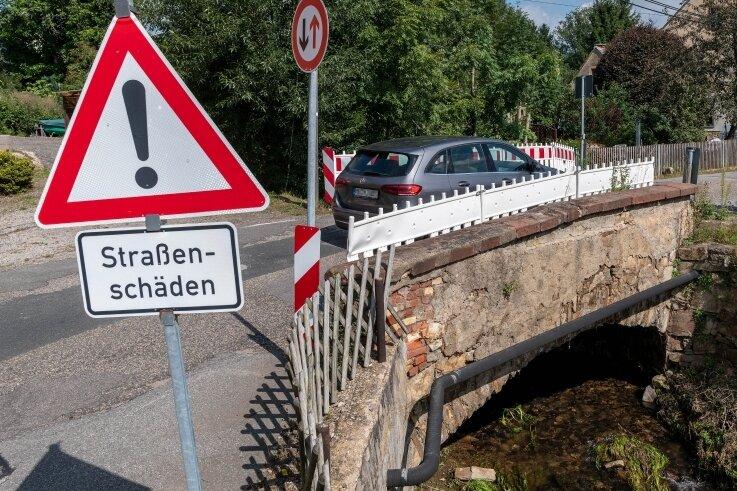 Die S 247 in Königshain-Wiederau ist zum großen Teil in einem schlechten Zustand. An der Lunzenauer Straße in Wiederau gibt es seit Jahren zudem eine Einengung an einer maroden Brücke.