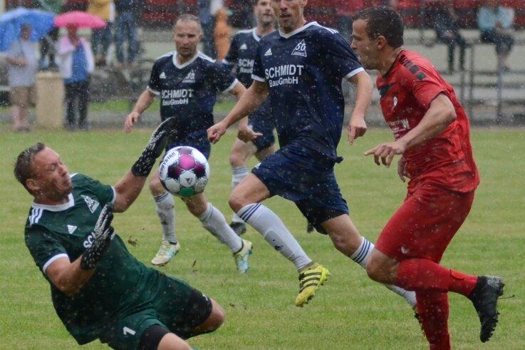 Hier kann der Jößnitzer Torwart Patrick Schüler (links) gegen Werdas Ruven Rittrich parieren, am Ende gewann Werda dennoch mit 3:0.