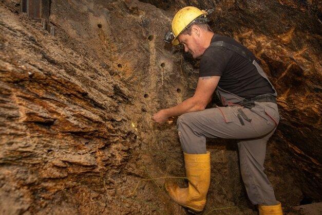 Bereichsweise wird im Untergrund auch gesprengt - etwa aus Gründen der Arbeitssicherheit. Im Bild: Peter Klar beim Anbringen und Verkabeln der Sprengladungen.