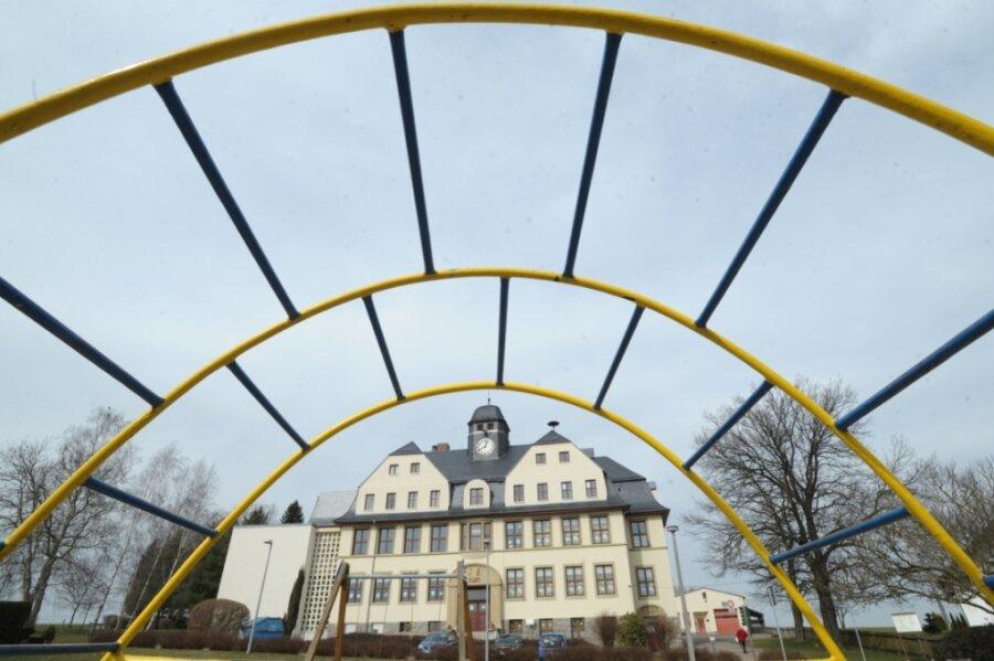 Blick vom Spielplatz auf die Johann-Esche-Grundschule in Köthensdorf. Während der Sommerferien ist im Gebäude eine Reihe von Bauarbeiten durchgeführt worden.