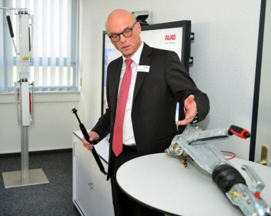 Geschäftsführer Gerhard Rank zeigte im Februar 2020 beim Kommunaltag neue Dämpfungsfedern aus der Produktion der Al-Ko Dämpfungstechnik GmbH in Seifersbach.