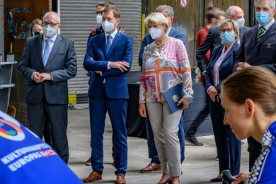 Oberbürgermeister Sven Schulze, Ministerpräsident Michael Kretschmer und Kulturstaatsministerin Monika Grütters (von links) haben die Förderungsvereinbarung für die Europäische Kulturhauptstadt 2025 unterzeichnet. Den Strom für die Veranstaltung lieferten Radfahrer.