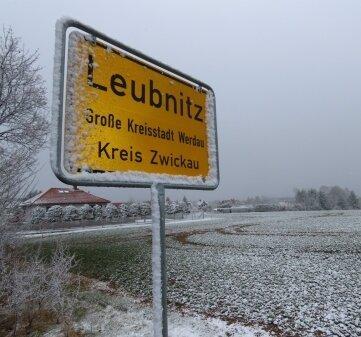 Der Schnee hinterließ am Donnerstag seine Spuren am Ortseingangsschild von Leubnitz.