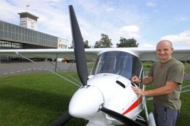 Philipp Welsch zeigt den Stolz des Vereins, ein neues Ultraleichtflugzeug vom Typ Ikarus C42 C, das erst 40 Stunden geflogen ist.