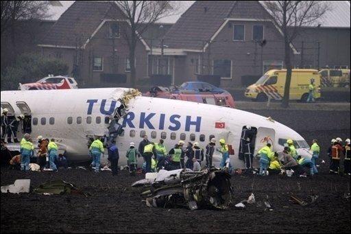 Beim Absturz einer türkischen Passagiermaschine in Amsterdam sind mindestens neun Menschen ums Leben gekommen und mehr als 80 weitere verletzt worden. Die Ursache für das Unglück ist vorerst weiter unklar.