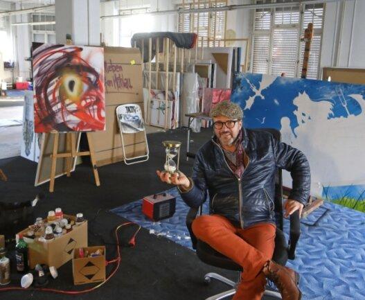 Die Tage in seinem Atelier in der alten Weberei in Meerane sind gezählt. Künstler Tasso bleibt aber trotz allem optimistisch.