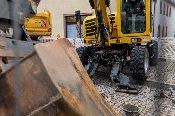 An der Rochlitzer Rathausstraße erneuern Mitarbeiter der Bauunternehmung Jung GmbH aus Erlau derzeit im Auftrag des ZWA Hainichen einen Kanal.