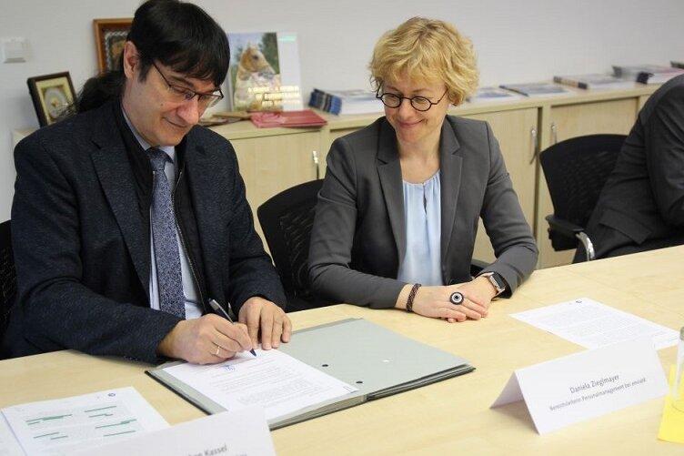WHZ-Rektor Stephan Kassel und enviaM-Bereichsleiterin Daniela Zieglmayer.
