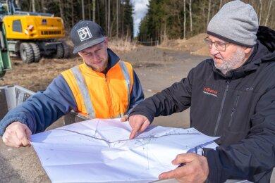 Radwegausbau zwischen Rebesgrün und der Gemarkungsgrenze zu Rodewisch: Bei einer Baubesprechung trafen sich dort kürzlich Polier Kevin Lenk (links) von der Baufirma VSTR Rodewisch und der Planer Gerhard Wattenbach. Demnächst startet der Bau.
