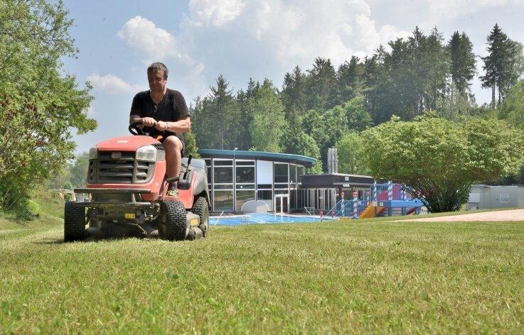 Hübsch machen für den Saisonstart: Rainer Neudeck vom Stadtbauhof Adorf mäht den Rasen im Waldbad, das am Montag öffnet.