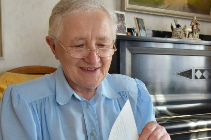 Die Pleißaerin Waltraut Bernhardt beim Blättern im Original ihrer Dissertation, nach der den Titel einer Doktorin tragen durfte. Jetzt will die 82-Jährige mit der Arbeit für die Universität Jena aufhören.