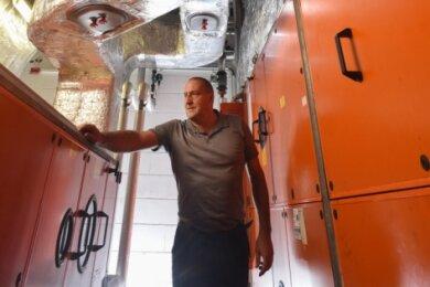 Bad-Chef Dirk Schuler an der Klimaanlage im Technikbereich des Limbach-Oberfrohnaer Hallenbades Limbomar. In der Freizeiteinrichtung stehen im übernächsten Jahr Sanierungsarbeiten an.