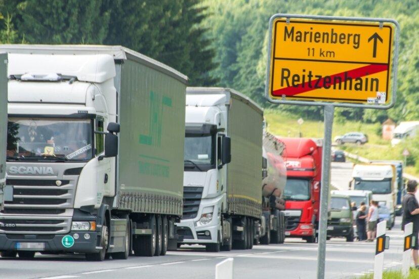 Die jüngste einstündige Demonstration in Reitzenhain sorgte für einen kilometerlangen Stau. Die Aktion zeigt, wie viele Lkw täglich durch den kleinen Grenzort rollen.