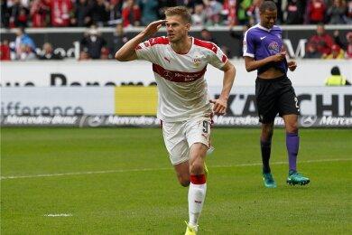 Simon Terodde hat für Stuttgart gegen Aue getroffen. FCE-Verteidiger Louis Samson (re.) ist bedient.