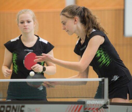 Mary-Ann Staffa (links) und Debora Neuber gehören zu den vier Stammspielerinnen der SG Sorgau. Zusammen mit Emily Kaden und Celine Schellenberger gehen sie künftig in der Oberliga auf Punktejagd.