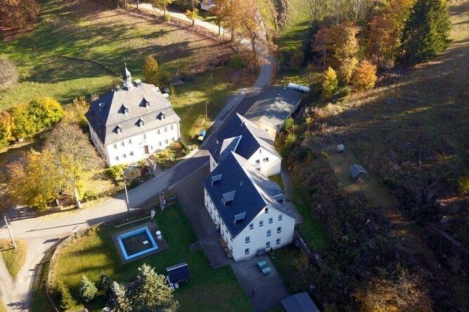 Diese Luftaufnahme zeigt die Gebäude der Naturherberge Schmalzgrube und einen Teil des Geländes.
